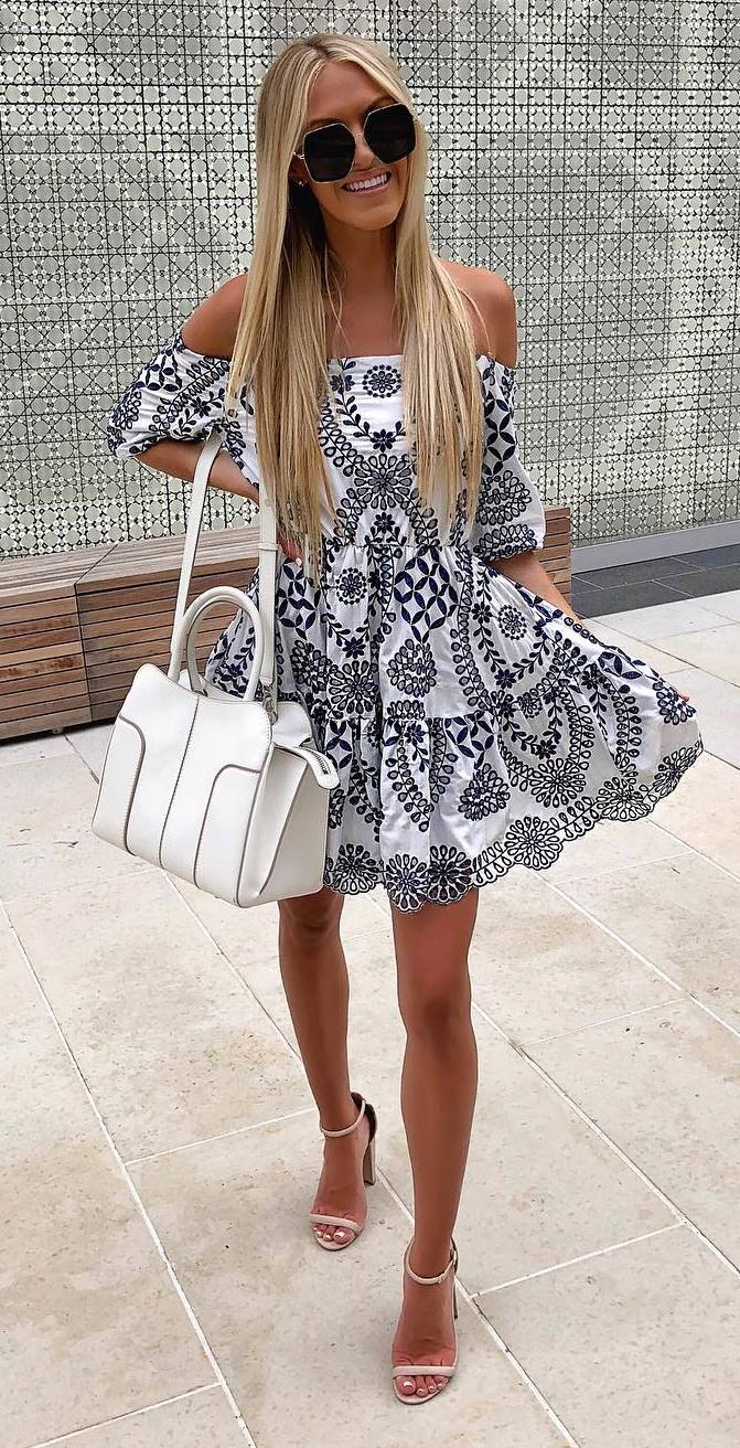 fashionable outfit idea / printed midi dress + white bag + heels