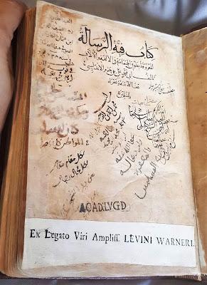 صورة الورقة الأولى من مخطوط طوق الحمامة المحفوظ في مكتبة جامعة لايدن بهولندا