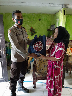Bhabinkamtibmas Cambaya Salurkan Paket Sembako Untuk Kaum Duafa