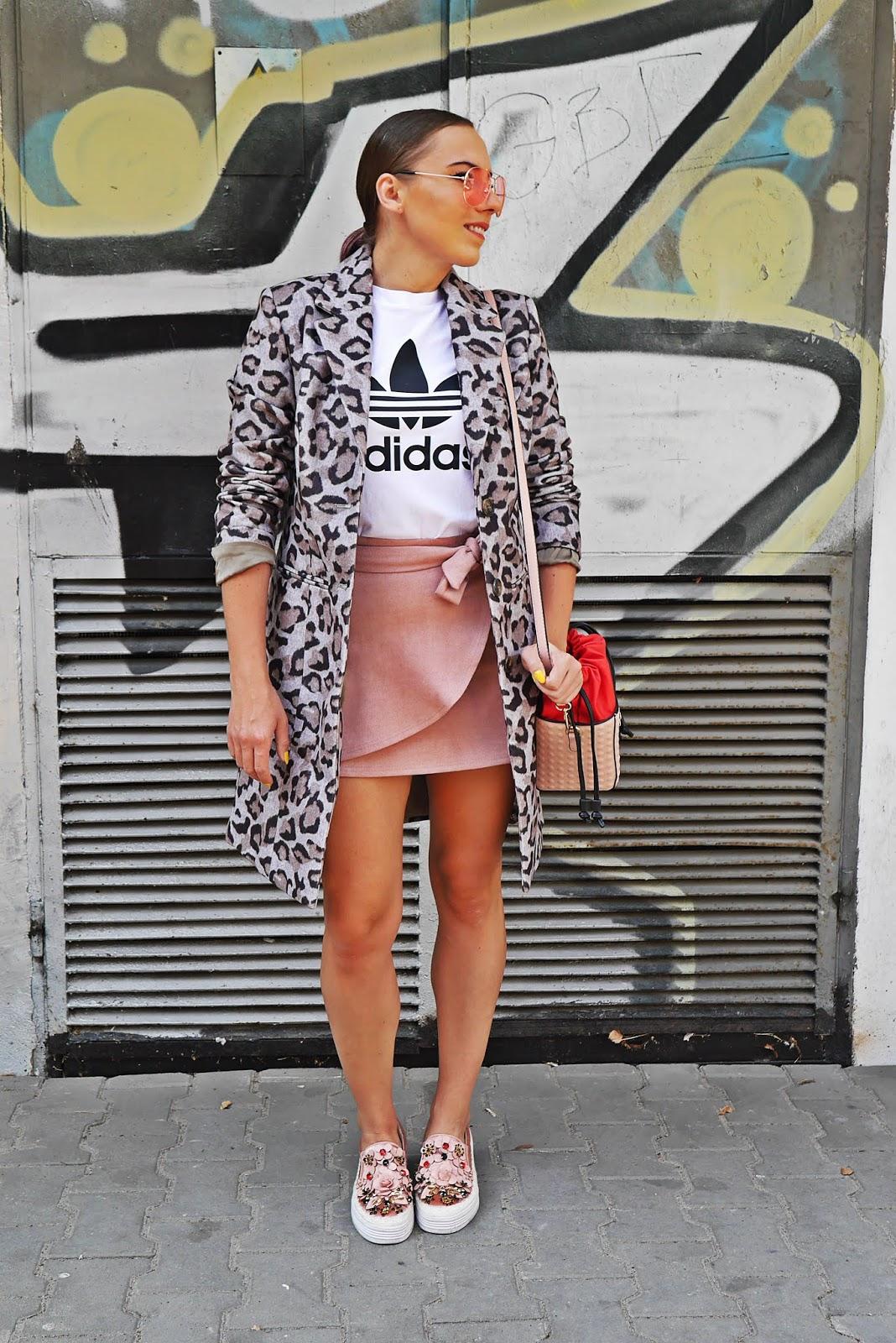 różowa spódnica biały t-shirt adidas szary płaszcz w panterkę karyn blog modowy