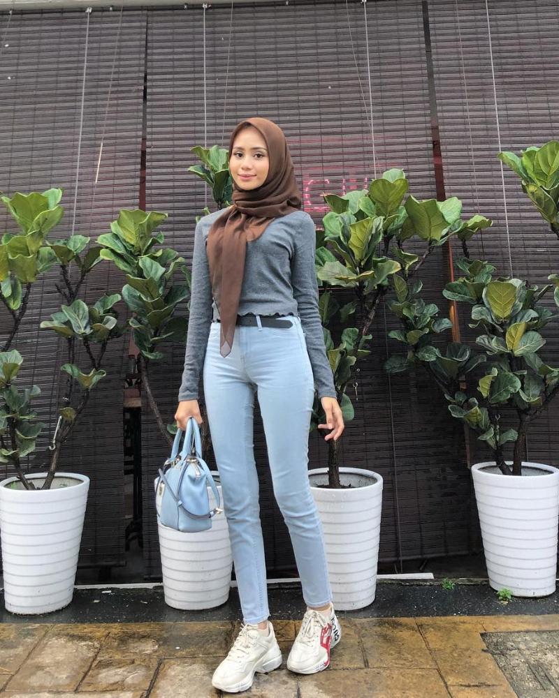 Celana Jeans dan Hijab bibir anis