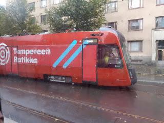 Tampereen punainen raitiovaunu testiajossa