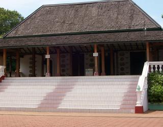 Masjid yang terletak di Desa Mantingan ini merupakan salah satu masjid tertua di Jepara. Warga setempat percaya Masjid Mantingan telah dibangun pada era Kesultanan Demak. Tempat ibadah ini juga merupakan salah satu pusat penyebaran agama Islam di pesisir utara Jawa. Dari arsitekturnya, dapat dilihat akulturasi Hindu dan Islam menyatu pada bangunannya.