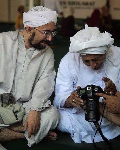 Foto: Maulana Habib Luthfi bin Yahya bersama Habib Zeid bin abdurrahman bin Yahya, Hadramaut. beliau juga cucu Habib Abu Bakar bin Umar bin Yahya Surabaya.
