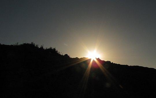 Słońce za naszymi plecami podczas zejścia z Ďurkovej.
