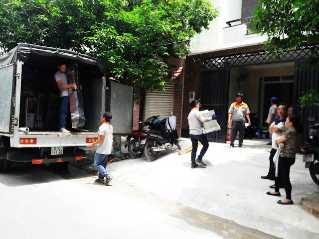 Khách hàng giám sát quá trình chuyển nhà trọn gói