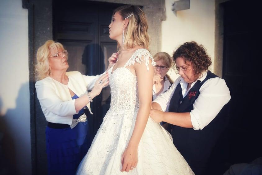 la stilista Maria Celli con uno dei suoi Abiti da Sposa 7706de437b8