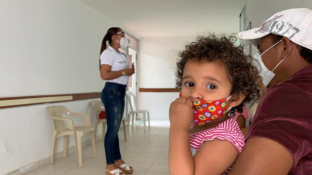 Luego de recibir el servicio, los beneficiarios reciben un kit de aseo personal y a las madres gestantes les es entregado un kit materno
