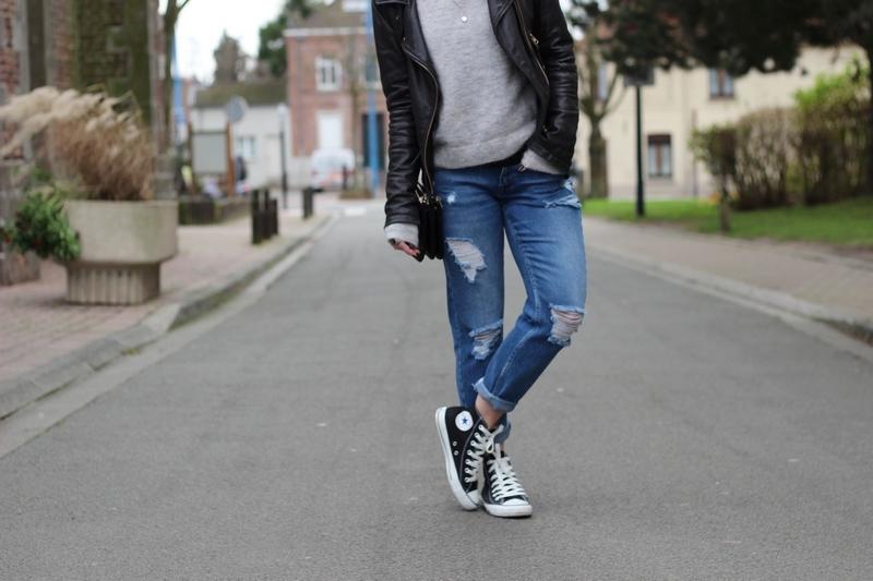 converses noires avec un jeans