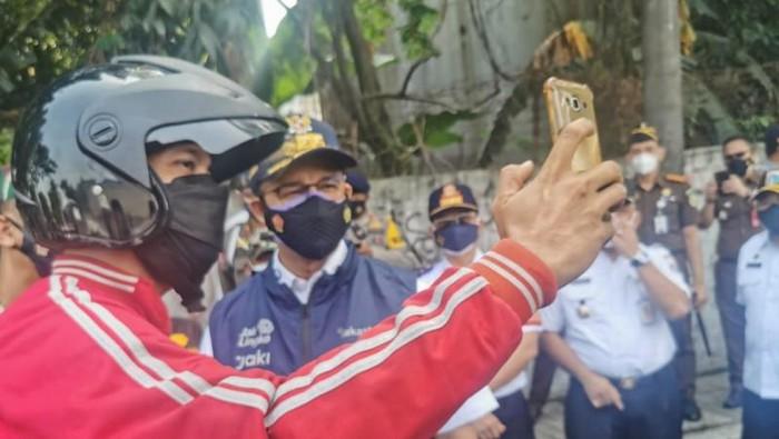 Mau Berangkat Kerja, Pria Ini Mendadak Disetop Anies: Telepon Bos Kamu, Bilang Disuruh Gubernur WFH