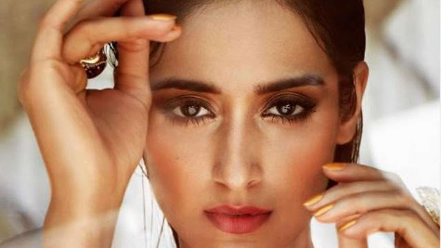 Actors Gossips: Ileana Dcruz gives a perfect reply to a fan who asked if she ever skilled in facelift