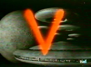 Fotograma de la serie de los 80: V en la 1 de TVE. La imagen muestra un planeta, varios platillos volantes de gran tamaño y una letra V pintada con spray rojo