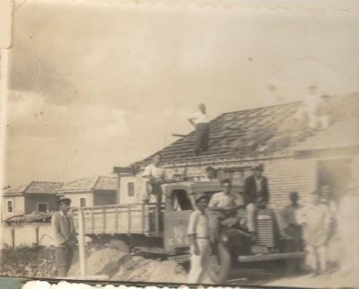 Foto antiga de uma construção de casa
