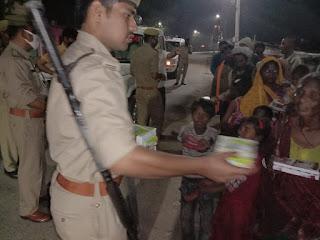 Corona : जौनपुर : जौनपुर पुलिस ने गरीबों की बनी मसीहा, दिया भोजन का पैकेट