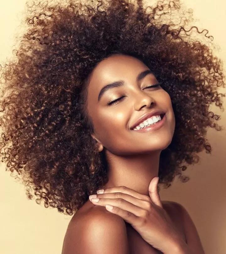8 طرق فعالة للحفاظ على ترطيب الشعر 4C والمزيد