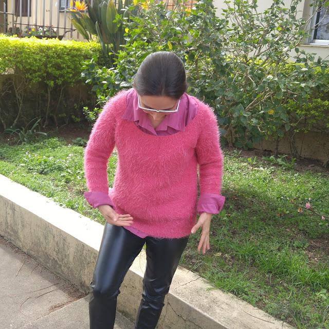 Suéter rosa e calça de couro