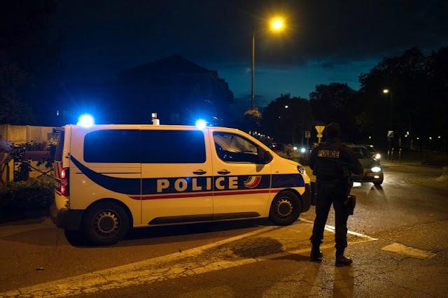 Négy embert őrizetbe vettek a francia tanárt lefejező terrorista környezetéből