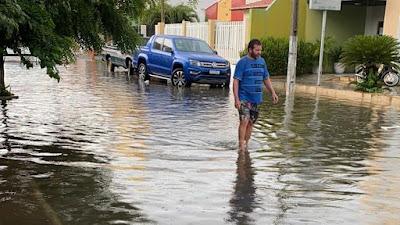 Chuva rápida e intensa deixa ruas alagadas em Iguatu