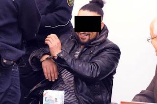 Преступник смеется в немецком суде