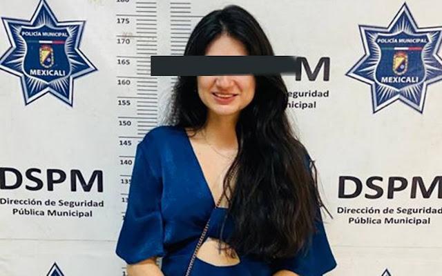 Agresiva belleza peligrosa muerde a policías que sometieron a su hombre por manejar ebrio; ella posa riendo para la cámara
