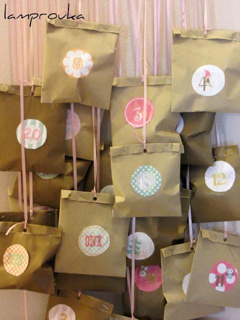 Χριστουγεννιάτικο ημερολόγιο αντίστροφης μέτρησης με χάρτινα σακουλάκια.