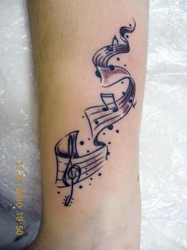 Uma Andorinha Pássaro Tatuagem Desing com Notas de Música da Tatuagem para Mulheres