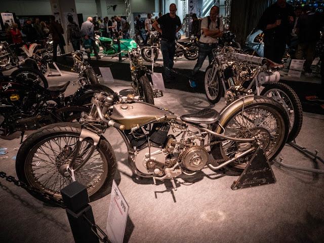 Desde la galería de motocicletas de Italia, conoce a la leyenda. Totalmente hecho a mano fuera de su motor restaurado, Legend presenta una horquilla delantera de aspecto interesante que se puede subir y bajar con una bomba de aire manual en el tanque.
