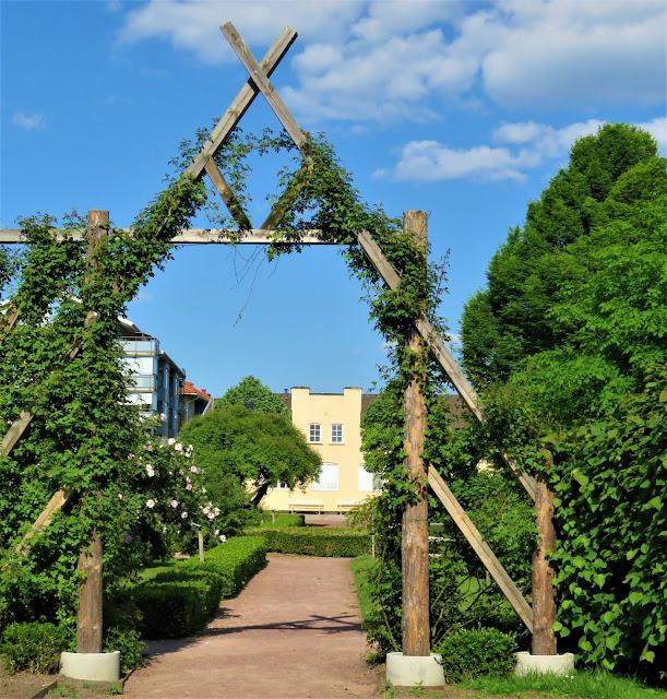 Eb vakker portal i roasariet i Jönköping, Småland
