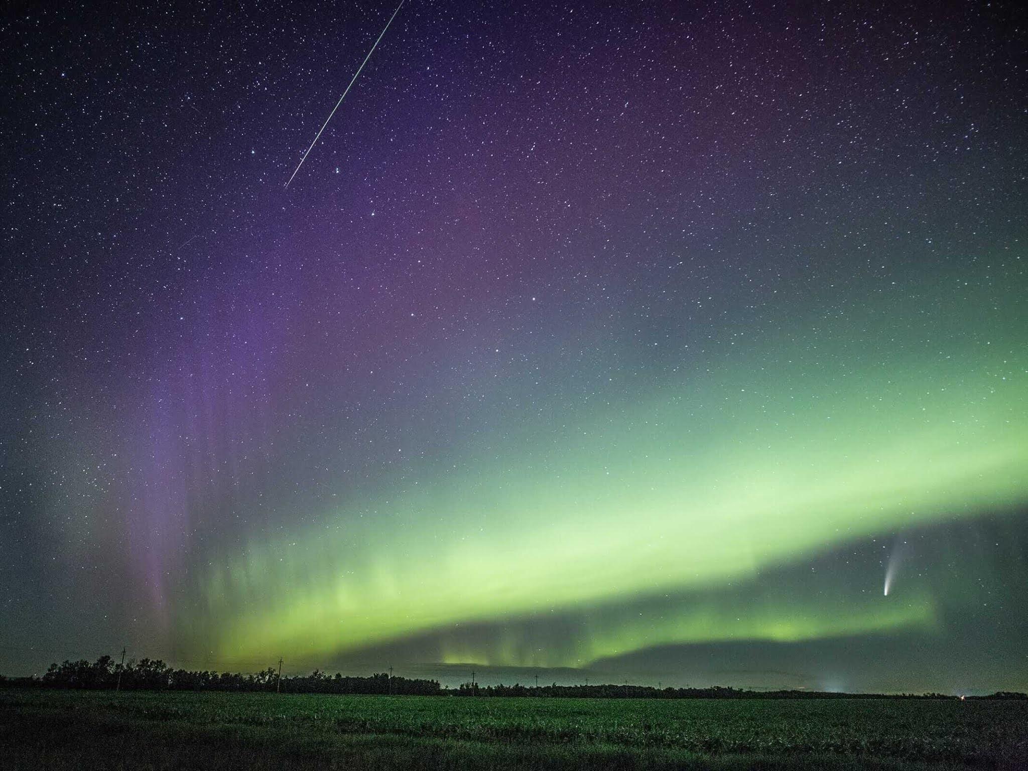 cometa-neowise-com-meteoro-e-aurora-boreal