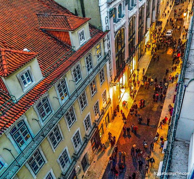 Movimento de compras natalinas no Chiado, em Lisboa