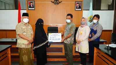 Didampingi Bupati Lombok Timur, PT. Taspen Serahkan Santunan Pada Ahli Waris Almarhum Husni