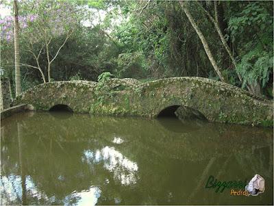 Ponte de pedra folheta com tamanhos irregulares.