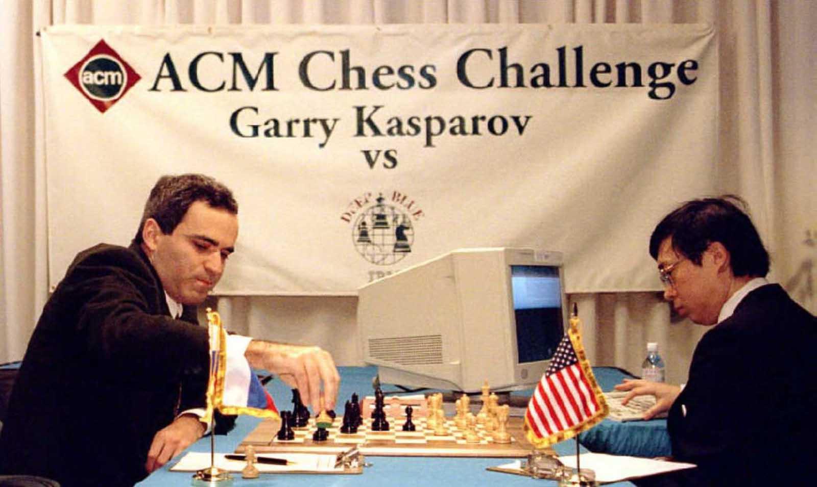 Garry Kasparov toma un peón en los movimientos de apertura de un partido de seis partidos contra Deep Blue, operado por el diseñador Feng-hsiung Hsu. 10 de febrero de 1996.