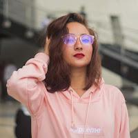 Foto Naomi Zaskia Terbaru pake kacamata