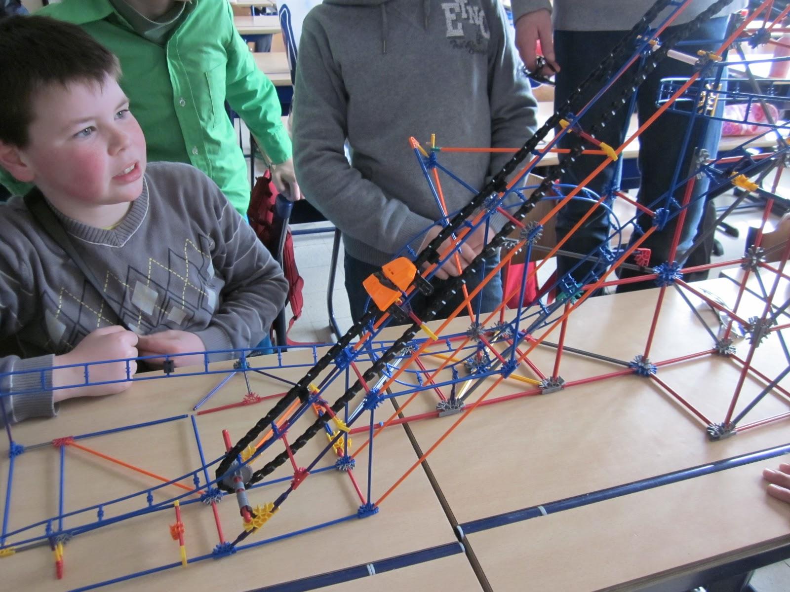 Beroemd vijfde leerjaar: Techniek in de klas: bouwen van roetsjbaan met Knex UP74