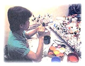 Seni kriya dihasilkan melalui keterampilan tangan bukan dengan mesin