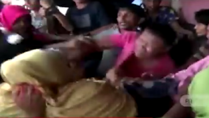 [Video] Laporan Tidak Ditanggapi Polisi, Puluhan Emak-emak Ngamuk Gerebek Lokasi Perjudian