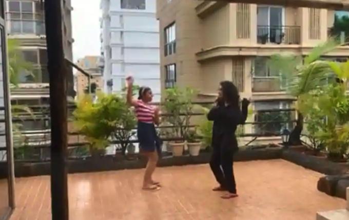 Sushmita Sen's dAughters dancing in rain to Taylor Swift - Blank Space song...