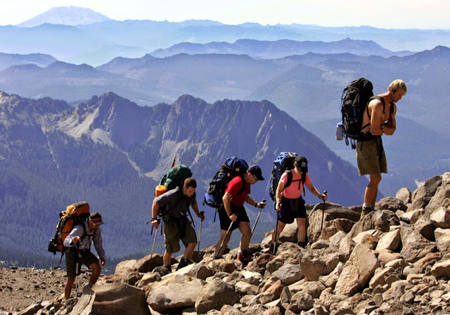 Sepatu atau Sandal Gunung, Mana yang Baik Dipakai saat Hiking?