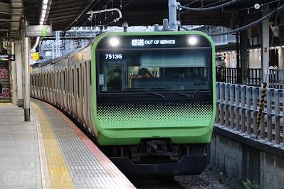 山手線外回り大崎駅4番線に 到着するE235系