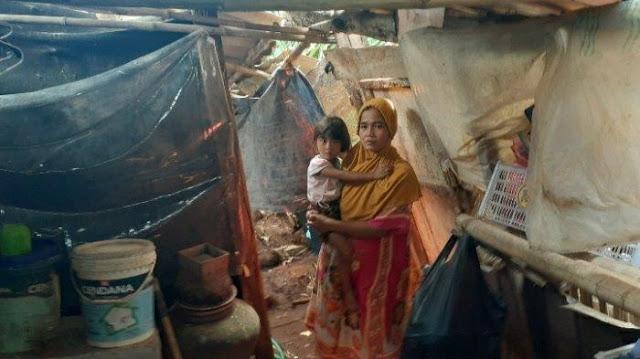 Tinggal di Gubuk Samping Kuburan Suami, Hidup Janda 3 Anak Memilukan, Ular & Kalajengking Suka Masuk
