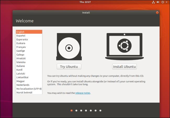 """تظهر شاشة """"Try Ubuntu أو Install Ubuntu"""" التي تظهر عند تشغيل البيئة الحية."""