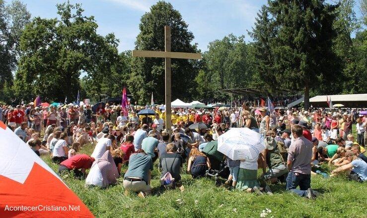 Cristianos suizos oran al aire libre