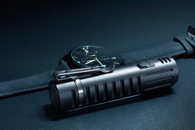 Lumintop EDC05C z zamontowanym klipsem i widoczną gumową osłonką portu micro-USB