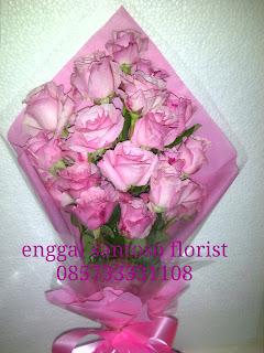 bunga tangan mawar pink sederhana