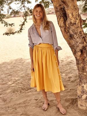 Девушка в джинсовой рубашке и желтой юбке