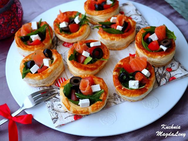 Koszyczki z ciasta francuskiego z sałatką z rukoli i łososia