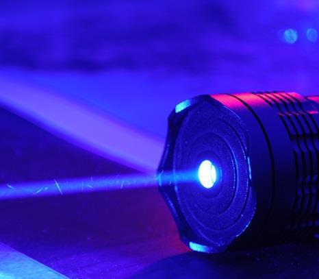 أخبار السعودية .. شاب يفقد بصره بعد ممازحة صديقه بتسليط أشعة الليزر الأزرق على عينيه