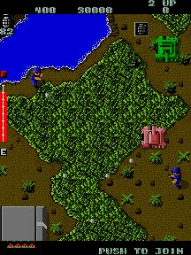 Captura de pantalla del arcade Ikari Warriors (SNK, 1986) en la que podemos ver a nuestro héroe dentro de un tanque atravesando la selva y un río. Enemigos armados con fusiles y con uniforme azul nos atacan desde todas las direcciones