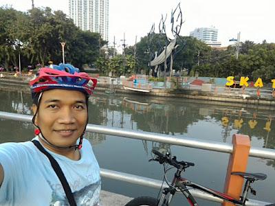 Selfie di seberang Tugu Hiu dan Buaya di Skate and BMX.